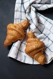 Croissant dois fresco que encontra-se em uma tabela preta Foto de Stock Royalty Free