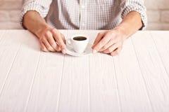 Croissant doux et une cuvette de café à l'arrière-plan Équipez se reposer sur la table blanche avec la tasse d'expresso dans la c photo stock