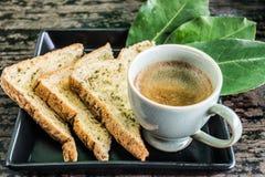 Croissant doux et une cuvette de café à l'arrière-plan photo libre de droits
