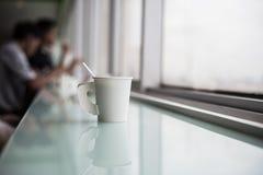 Croissant doux et une cuvette de café à l'arrière-plan Image stock