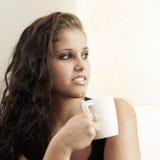 Croissant doux et une cuvette de café à l'arrière-plan Images stock