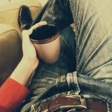 Croissant doux et une cuvette de café à l'arrière-plan Image libre de droits