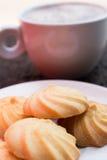 Croissant doux et une cuvette de café à l'arrière-plan Photos stock