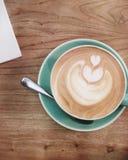 Croissant doux et une cuvette de café à l'arrière-plan Photos libres de droits