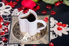 Croissant doux et une cuvette de café à l'arrière-plan Appréciant une tasse de café pour détendre au cours de la journée photos stock