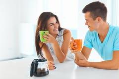 Croissant doux et une cuvette de café à l'arrière-plan Homme et femme passant le temps ensemble Images stock
