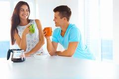 Croissant doux et une cuvette de café à l'arrière-plan Homme et femme passant le temps ensemble Photo libre de droits