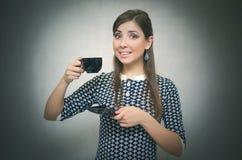 Croissant doux et une cuvette de café à l'arrière-plan Temps de café Pause de midi Fille avec la cuvette de café image stock