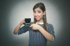 Croissant doux et une cuvette de café à l'arrière-plan Temps de café Pause de midi Fille avec la cuvette de café photographie stock