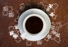Croissant doux et une cuvette de café à l'arrière-plan Images libres de droits