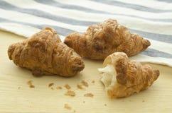 Croissant drie op houten raad Royalty-vrije Stock Afbeeldingen