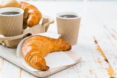 Croissant e caffè da andare concetto immagini stock