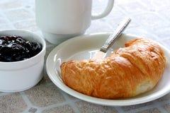 Croissant e caffè della prima colazione Fotografia Stock Libera da Diritti