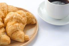 Croissant e caffè su fondo bianco Immagine Stock