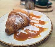 Croissant e caffè su un piatto Immagini Stock Libere da Diritti