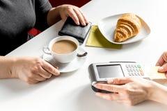 Croissant e caffè sul pagamento bianco della tavola dalla carta in caffè immagini stock