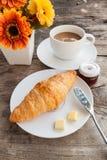 Croissant e caffè sulla tavola di legno Fotografia Stock Libera da Diritti