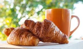 Croissant e caneca de café imagens de stock royalty free