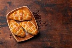 Croissant e chicchi di caffè freschi fotografia stock libera da diritti