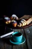 Croissant e copo branco do café preto na lona marrom Fotos de Stock Royalty Free
