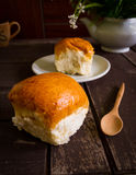 Croissant e copo do café preto na madeira velha Fotos de Stock Royalty Free