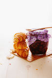 Croissant e doce de framboesas Imagem de Stock