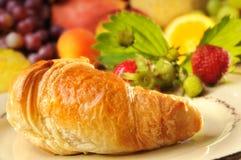 Croissant e frutta fotografie stock libere da diritti