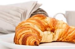 Croissant e giornale Fotografie Stock