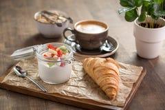 Croissant e iogurte Foto de Stock