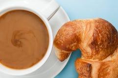 Croissant e latte fotografie stock libere da diritti