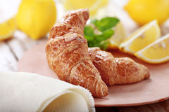 Croissant e limone per la prima colazione Fotografia Stock
