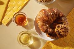 Croissant e mel Imagens de Stock
