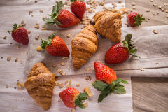 Croissant e morangos Fotos de Stock Royalty Free