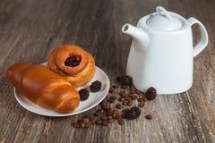 Croissant e panino sul piatto Fotografia Stock Libera da Diritti