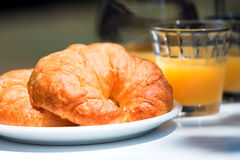 Croissant e sumo de laranja imagens de stock