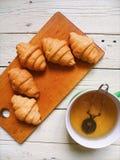 croissant e tè verde sui bordi bianchi Fotografia Stock