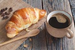 Croissant e tazza di caff? fotografie stock libere da diritti