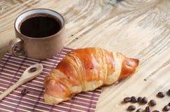 Croissant e tazza di caff? immagine stock libera da diritti