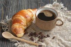 Croissant e tazza di caff? fotografia stock libera da diritti