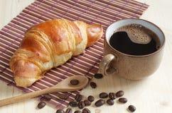 Croissant e tazza di caff? fotografie stock