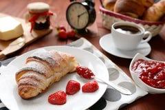 Croissant e um doce de morango no fundo de madeira Fotografia de Stock Royalty Free