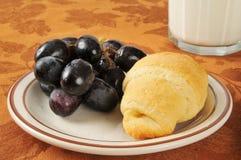 Croissant e uvas fotos de stock royalty free