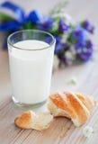 Croissant e vetro di latte fotografia stock libera da diritti