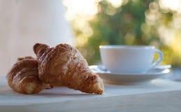 Croissant e xícara de café foto de stock
