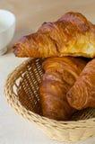 Croissant in een mand Stock Fotografie