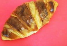Croissant em um fundo vermelho Foto de Stock