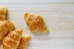 Croissant em uma bandeja de madeira imagens de stock