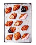 Croissant em uma bandeja do cozimento isolada no fundo branco fresco imagens de stock