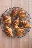 Croissant em uma cremalheira refrigerando Fotos de Stock Royalty Free