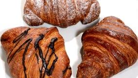 Croissant em uma placa branca que gira Pequeno almoço video estoque
